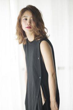 プレーンなIラインのファッションは 無造作なミディアムヘアで抜け感を。 - ヘアカタログ:シュワルツコフ オンライン