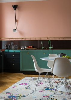 Ideas For Kitchen Colors Green Cabinets Interior Design Kitchen Interior, Kitchen Inspirations, Interior, Kitchen Colors, Upper Kitchen Cabinets, Pink Kitchen, Green Kitchen Designs, Home Kitchens, Kitchen Cabinet Colors