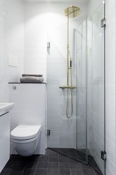Tiny bathrooms 441141725998850268 - Small bathroom remodel ideas tiny spaces 36 Source by valiapetkova Tiny Bathrooms, Tiny House Bathroom, Amazing Bathrooms, Narrow Bathroom, Bathroom Laundry, Wet Room Bathroom, Very Small Bathroom, Modern Bathroom, Glass Bathroom