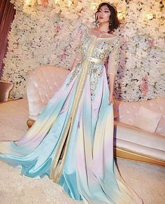 A caftan for the bride? Backless Homecoming Dresses, Prom Party Dresses, Bridal Dresses, Morrocan Dress, Moroccan Caftan, Traditional Fashion, Traditional Dresses, Expensive Wedding Dress, Arab Fashion
