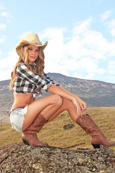 sexy hot country girls in cowboy or western boots farm southern life style lingerie cowgirls Cowgirl Sexy, Cowgirl Look, Cowboy Girl, Moda Country, Country Life, Country Style, Country Roads, Vaquera Sexy, Chantal