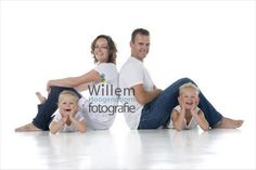 Family Photo Studio, Studio Family Portraits, Family Portrait Poses, Family Picture Poses, Family Portrait Photography, Family Posing, Children Photography, Sibling Poses, Kid Poses
