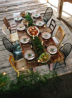 Reclaimed wood table, mismatched chairs, and lovely garland! decor party outdoor dining the peony and the bee Outdoor Dining, Outdoor Tables, Outdoor Decor, Patio Dining, Dining Tables, Outdoor Furniture Sets, Casa Milano, Outdoor Dinner Parties, Party Outdoor