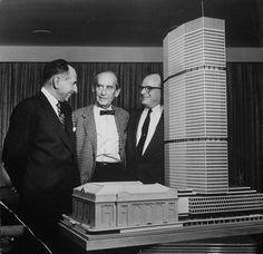 Walter Gropius, al centro, con Emory Roth y Erwin Wolfson y el modelo del pan-am building (hoy metlife building).
