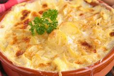 Az ízletes darált húsos rakott krumplin sokat dob a tejszín és a sajt.