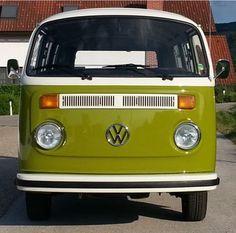 Dieser VW Bulli Fensterbus T2 aus dem Jahr 1977 für 9 Personen kann bei der Vermietung Schratzenthaller (oldtimer-verleih.at) aus Wien angemietet werden.