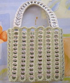 Cute purse made from nylon & soda tabs. Instructions are in Spanish though; but lots of pictures Más Soda Tab Crafts, Can Tab Crafts, Free Crochet Bag, Crochet Purses, Pop Top Crafts, Pop Can Tabs, Crochet Rings, Soda Tabs, Duck Tape Crafts