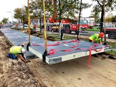 태양광 도로를 만들고 있다. 네델란드.