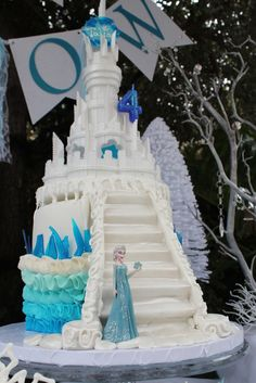 Elsa's ice castle cake at a Frozen girl Birthday Party! See more party ideas at… Bolo Frozen, Torte Frozen, Frozen Castle Cake, Elsa Castle, Disney Frozen Party, Frozen Birthday Cake, Frozen Theme, Birthday Cakes, Pastel Frozen