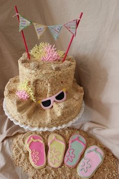 Sandcastle cake - I like the mini pennant garland. Too ... | Taarten by jonchy