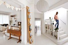 """Una casa donde el blanco manda  Un altísimo revistero-exhibidor permite mostrar libros, cuadros y hasta velas. """"Me gusta rotar su contenido para refrescar la bienvenida a la casa. Si festejamos un cumpleaños, sumo una foto del homenajeado"""".  /Santiago Ciuffo"""