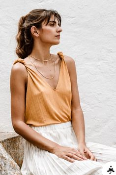Jewelry styles for a summery look. A pretty gold chain layering suits . - Schmuck in Gold Cooler Look, Outfit Trends, Business Look, Girl Boss, Paisley, Camisole Top, Fashion Jewelry, Tank Tops, Suits