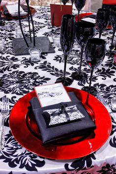 The red charger is so dramatic, love it! Stunning wedding accent against the black and white Bella linen. #indy #wedding