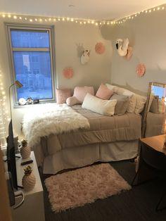 Single dorm room - dorm room hacks and college tips 20 Small Room Bedroom, Room Decor Bedroom, Bedroom Ideas, Bedroom Inspo, Cute Room Ideas, Girl Bedroom Designs, Teen Room Decor, Aesthetic Bedroom, Cozy Room