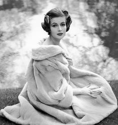 Elegant, alluring, splendidly pretty! #vintage #fashion #1950s #coat #hair Vintage Glamour, Vintage Love, Vintage Fur, Style Vintage, Vintage Beauty, Retro Vintage, Vintage Models, Vintage Ladies, Vintage Photos