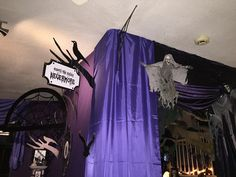 This is interesting how Magalie created a new space by attaching material to the ceiling. Would worry that it would get pulled down. Halloween Garage, Halloween Items, Halloween 2015, Halloween House, Halloween Crafts, Halloween Party, Macabre Decor, Allen Poe, News Space