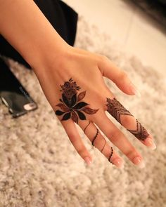 Simple and Easy Henna Images Gallery - 600 Simple and Easy Cute Henna Pictures Gallery on Hand for Beginner. New best henna design with cute design gallery Henna Hand Designs, Mehndi Designs Finger, Henna Tattoo Designs Simple, Simple Arabic Mehndi Designs, Modern Mehndi Designs, Mehndi Designs For Girls, Mehndi Designs For Fingers, Beautiful Henna Designs, Latest Mehndi Designs