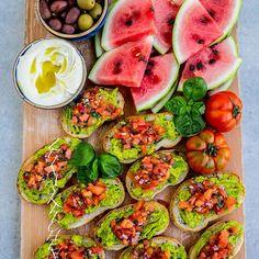 Äntligen helg🎉 Det firar jag med supergoda bruschetta med avokado, hummus, oliver och vattenmelon💃 Önskar er alla en fantastiskt fin helg😍 Recept hittar du på bloggens startsida, gå till zeinaskitchen.se och skrolla ner lite