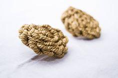 Pendientes de botón dorados. #earrings #textilejewellery #jewellery #golden #rayon #cord #dope #vintage #handmade #textile #textileart #dope #dopeearrings #lapili #design #fashion #fashiondesign #unique #jewelry #textilejewelry