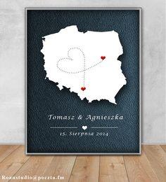 Stylowa i oryginalna pamiątka dla Młodej Pary pochodzącej z dwóch różnych miast. Zawiera datę ślubu oraz imiona nowożeńców :)Serduszka znajdują się w miejscach z których pochodzą...