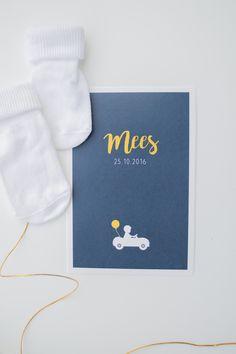 Geboortekaart van jongen mees in donkerblauw en okergeel met een auto - ontwerp door Leesign, www.leesign.nl - #geboortekaart #geboortekaartje #leesign #mees #geboorte #kaartje #auto #jongen