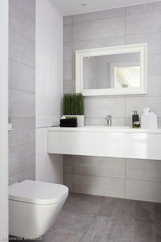 Jasnoszara łazienka z elementami bieli