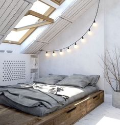 Zimmer mit dachschräge optisch vergrößern... Tt mit unterschränken... Iße wände... Lzdielen. Minimalist Apartment, Minimalist Home Decor, Minimalist Bedroom, Minimalist Living, Modern Minimalist, Casa Loft, Loft House, Bedroom Loft, Cozy Bedroom