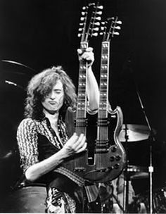 Jimmy Page, hero, legend, an extraordinary musician with a dark side. He was among the first to use live a Gibson EDS-1275 (The Gibson SG double neck with 18 strings, a mast with 12 strings and one with 6 strings) While always be remembered for his Gibson Les Paul and use a bow cello to play guitar.