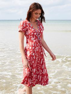 Organic clothing is the way forward and this Organic Dress is no exception. Beautiful botanical motifs feature on this organic cotton jersey dress with adjustable drawstring at the bust, to achieve the most comfortable fit. Perfect to layer with our latest summer knitwear in coordinating colours.