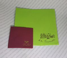 El trabajo de Servilletas Impresas Personalizadas de La Tourache se ha realizado en 2  tamaños. El primero es 40×40 cm. (20×20 cm. cerrada) servilleta verde personalizada en marrón. Y el segundo 20×20 cm. (10×10 cm. cerrada) servilleta burdeos personalizada en Oro.