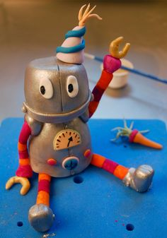 Betty´s Sugardreams - Blog: Anleitung: Roboter Torte Robot Monster, Monster Party, Clay Projects, Archie, Kids Meals, Cute Kids, Cake Toppers, Blog, Christmas Ornaments