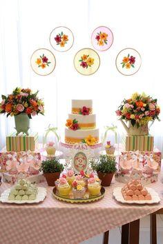Pq festas infantis não precisam ter necessariamente um tema. Olha que coisa mais linda essa mesa de festa de menina com muitas flores e cores para um aniversário de um ano. Fabiana Moura - Projetos Personalizados