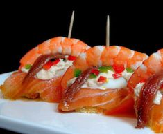 Pintxo de salmón y langostinos Party Food Platters, Tapas Bar, Tasty, Yummy Food, Spanish Food, Appetisers, Appetizer Recipes, Food And Drink, Nutrition