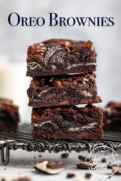 Thick, chewy, fudgy, and full of Oreos this Oreo brownie recipe is a family favorite. Starting with a rich, chocolatey brownie base filled with a layer or whole Oreo cookies more brownie and then crushed Oreos on top. Step-by-step photos show you how to make these delicious brownies. Chocolate Flavors, Chocolate Desserts, Chocolate Chip Cookies, Oreo Cookies, Oreo Treats, Xmas Desserts, Potluck Desserts, Bar Cookies, Oreo Brownies