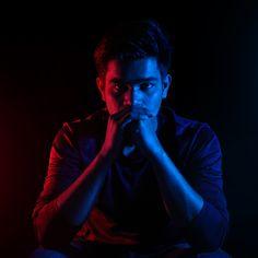 Dual tone or neon lighting photography Neon Lights Photography, Dark Photography, Photography Editing, Creative Photography, Studio Portrait Photography, Fashion Photography Poses, Photoshoot Lights, Neon Aesthetic, Neon Lighting