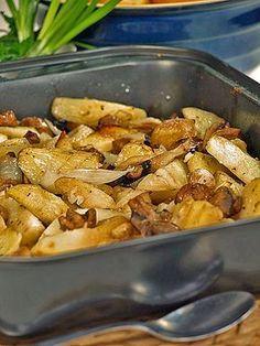 Chrupiące ziemniaki i chrupiące... pieczarki. Smakują wybornie podane z dipem jogurtowym.