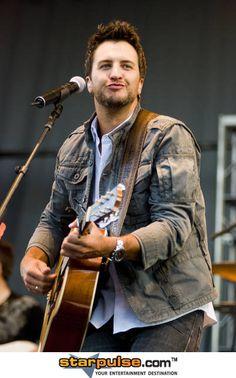 Luke Bryan and his duck face 😍 Luke Bryan, Luke Luke, Country Music Artists, Country Singers, Country Men, Country Girls, Shake It For Me, Bae, Duck Face