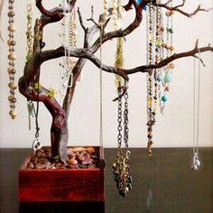 Deze manier van het ophangen van je kettingen is een waar kunstwerk.
