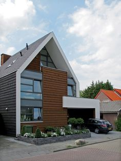 """Like the roof without """"overhang"""" on the edges. Nice mix of materials with the brown warm wood in the middle."""