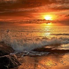 The ocean at sunset. Beautiful Sunset, Beautiful Places, Beautiful Morning, Beautiful Moments, Desktop Background Pictures, Sunset Photos, Nature Scenes, Landscape Photos, Landscape Paintings