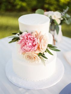Photography : Charity Maurer Photography | Floral Design : Sarahs Garden | Cake : Cakes By Whisk Read More on SMP: http://www.stylemepretty.com/arizona-weddings/paradise-valley/2016/08/11/luxe-destination-wedding-for-two-native-canadians/