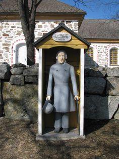Uusikaarlepyyn Munsalan kirkon vaivaisukko. Erilaista ukossa on, että siinä on kaksi rahareikää ja hattu on kädessä. Ukon tekijä on kanttori Anders Gestrin ja se on tehty v. 1851. (Markus Leppo: Vaivaisukot) Wooden Sculptures, Wooden Statues, Grave Monuments, Graveyards, Old Buildings, Cathedrals, Historian, Finland, Cathedral