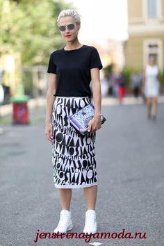 кроссовки под юбку, кеды с юбкой, как носить кроссовки с юбкой, юбка с кроссовками
