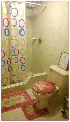 Detalle de uno de los baños de la casa. Cuba, Curtains, Shower, Prints, Rain Shower Heads, Blinds, Showers, Draping, Picture Window Treatments