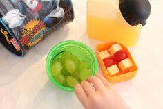 5 dias, 5 lanches. Na lancheira da 4a feira: espetinhos de queijo e tomate cereja, uva e suco natural (feito com cubinhos de suco congelados no dia anterior)
