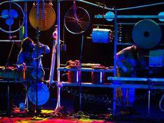 A banda integra em seu trabalho música, lutheria e artes visuais e desenvolve uma vasta pesquisa de sonoridades, timbres urbanos e contemporâneos. Com base nos instrumentos musicais que desenvolvem, criam instalações sonoras e realizam performances ao vivo.
