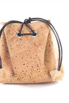 """Kork Geldbörse """"Coin Holder"""". Farbe: natur. Natürliches Korkprodukt aus Portugal. 100% vegan, handgefertigt und wasserabweisend. Nachhaltig und fair produziert. Weiche Haptik und hochwertige Verarbeitung. Für deinen grünen Lifestyle! Jetzt bestellen: www.korkeria.ch / #kork #korkwaren #korkartikel #korkmode #veganemode Bucket Bag, Portugal, Coins, Pattern, Bags, Fashion, Vegan Products, Vegan Fashion, Natural Colors"""