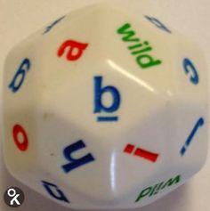 Een alfabetdobbelsteen met 30 vlakjes: het totale alfabet in kleine letters en vier 'wild'-vlakjes. Er zijn verschillende spelmogelijkheden met deze dobbelsteen...