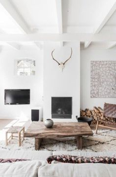 Scandinavian living room with large white #Moroccan carpet // we