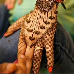 Simple Mehendi designs to kick start the ceremonial fun. If complex & elaborate henna patterns are a bit too much for you, then check out these simple Mehendi designs. Latest Arabic Mehndi Designs, Back Hand Mehndi Designs, Modern Mehndi Designs, Henna Art Designs, Mehndi Designs For Beginners, Mehndi Design Photos, New Bridal Mehndi Designs, Mehndi Designs For Fingers, Latest Mehndi Designs